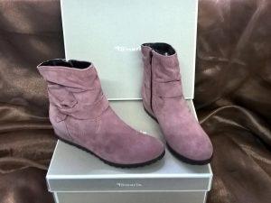 Mauve Boots, Elegante Dronfield